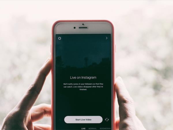 Ein Handybildschirm in Großaufnahme. Die App Instagram ist gerade geöffnet