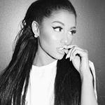 schwarz weiß Portrait der Sängerin Ariana Grande