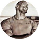 Schauspieler Dwayne Johnson. Stark ausgeprägte Muskeln, er lacht mit dem Kopf in den Nacken