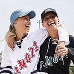 Die Influencer-Zwillinge Lisa & Lena sich umarmend und in die Kamera lächelnd