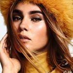 Model Stefanie Giesinger, mit gelbem flauschigem Hut und gelben Rolli