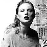 Sängerin Taylor Swift mit offenen Haaren und einen Jersey Pulli