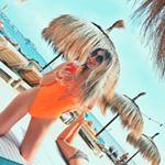 Bloggerin Bibi im Badeanzug am Strand, Cocktailtrinkend